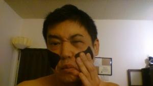 眼輪筋の下の頬を手で押さえながら下に引っ張り、下瞼を閉じる