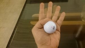 掌にゴルフボール