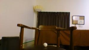 椅子の上にゴルフボール