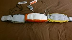向かって左のブルブル振動ベルトのみベルトを広げあとの二台はそのベルトの上に置きます。