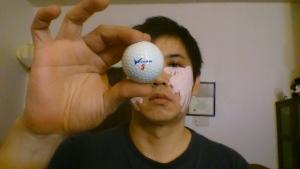 光る東芝 ゴルフボールを持つ