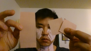オデコの横幅分のキネシオテープを2枚用意し、1枚 を半分にして計3枚作ります。