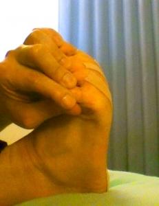 足の指を持って、足底を反らせて貼ります。