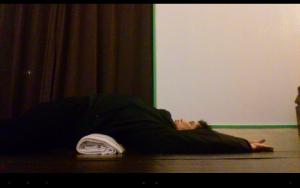 腰椎にクロスするように毛布で巻いたネスカフェエクセラの空瓶を置いて寝る仰向けに寝て