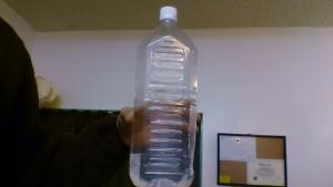 2Lペットボトルに水