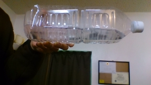 2Lペットボトルに水横向き