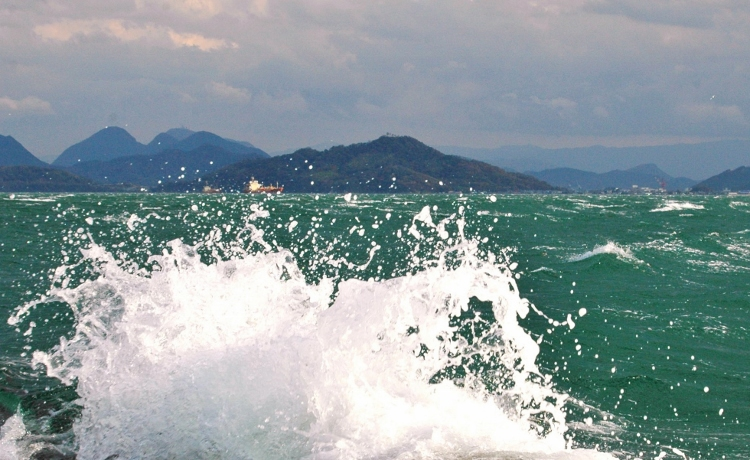 荒ぶる海1 - コピー (750x460)