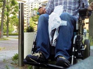 150525_3121_友人、利用者に頼まれて電動車椅子に乗るVGA