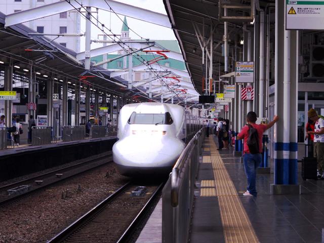 早朝のJR岡山駅前01