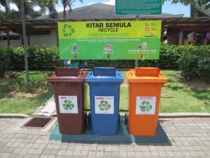 高速道路のサービスエリアにおいてあった、タイでは見たことがない分別用のゴミ箱。左から「ガラス」「紙」「缶・プラスティック」