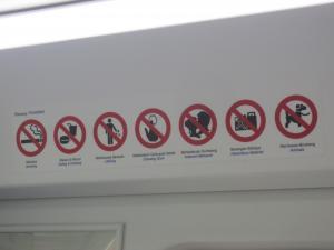 車内には「禁煙・飲食禁止・ポイ捨て禁止・ガムの貼付け禁止」などごく一般的な禁止事項の注意書き
