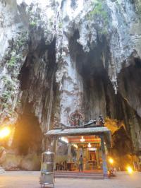 階段を昇り終えると大きく穴の開いた洞窟の中にヒンドゥー教寺院がある