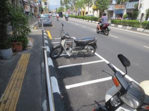 ホアヒンとは大違いでペナンではバイクまでちゃんと駐車枠に停めないといけないくらい厳しいルールがあるようだ