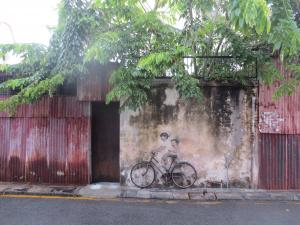 最も有名な「自転車に乗る姉弟」の壁画。自転車がホンモノなのがいい味を出している。早朝だったので観光客は誰ひとりいなかった