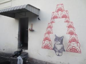 ここにも猫の壁画。猫の視線の先には軒先からぶら下がっているネズミが描かれている