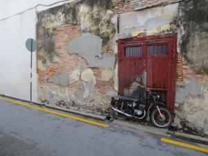 「バイクに乗った少年」の左側にも何か描いてあるのだが壁が朽ち果ててきていた