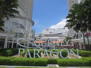 ハワイを感じさせる、海が見える「PARAGON」ショッピング・モール