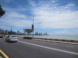 ホアヒンにもこんな海沿いの道がほしい「ガーニードライブ」屋台村付近の道路
