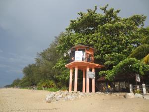 ビーチに建っていた大型スピーカー付の監視塔。ここから津波警報が流されたらとにかく逃げるしかない