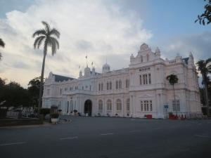 キレイと言えばキレイな「白亜のコロニアル建築」のひとつペナン市庁舎