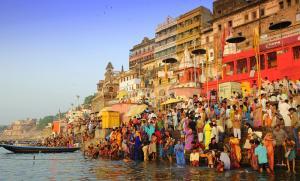 ヒンドゥー教の聖地バラナシ。ガンジス川で沐浴する人たちの近くで遺体を火葬していた