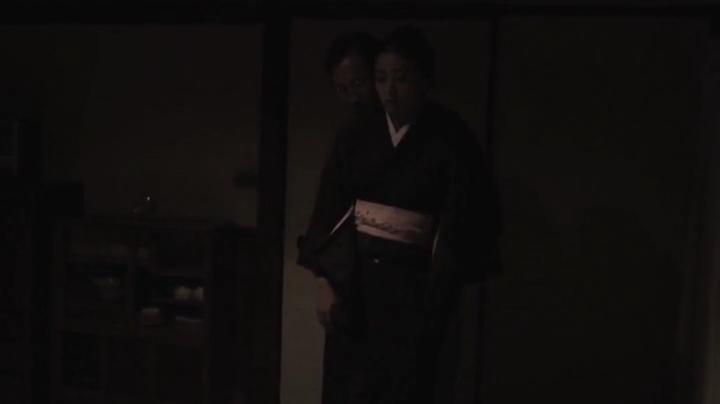 祥子【D坂の殺人事件】でヌードと濡れ場を披露!1回目、男が背後に回る