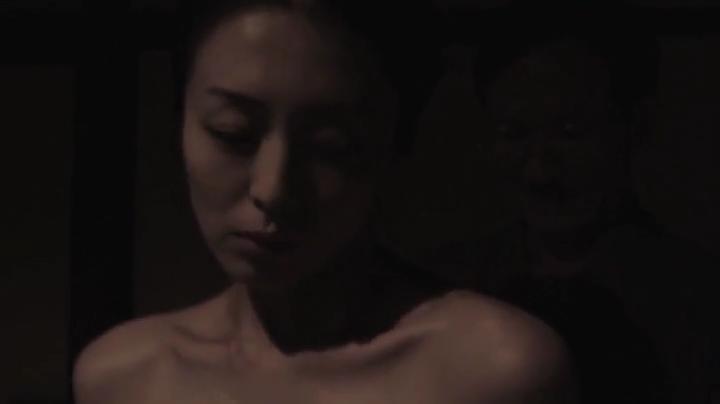 祥子【D坂の殺人事件】でヌードと濡れ場を披露!1回目、絡み4(暗)