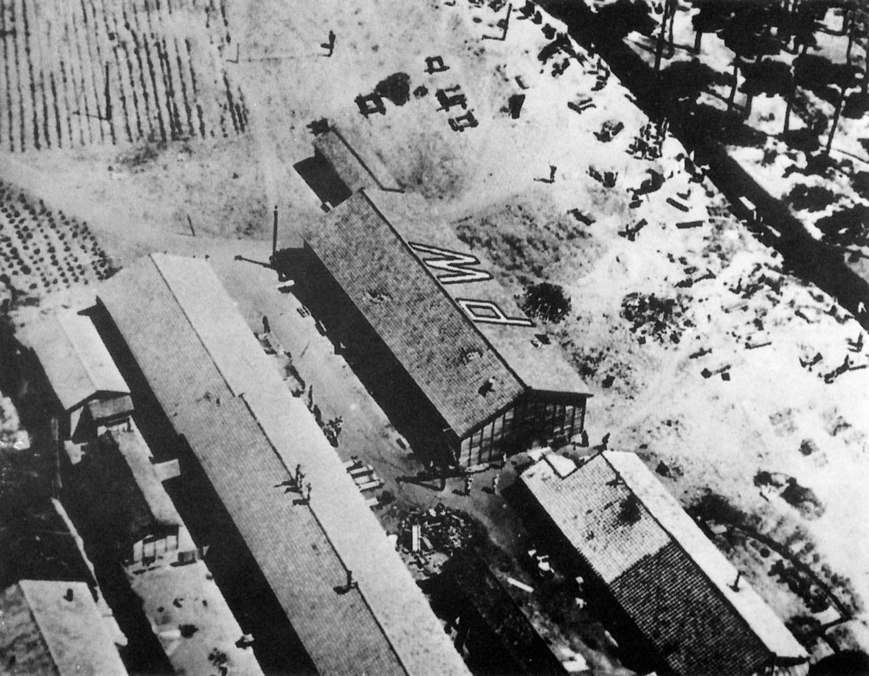 新潟捕虜収容所。救援物資が突き破った穴が屋根にいくつもあいている。
