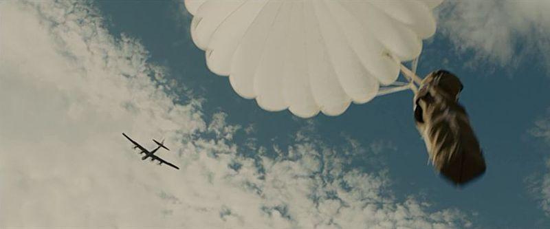 B29からパラシュートで投下される救援物資