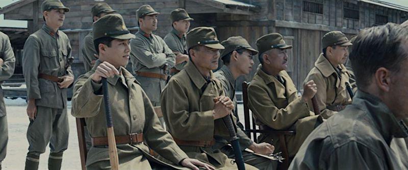 原作通り、加納上等兵が後ろで通訳。渡邊軍曹も笑っている