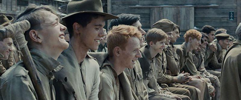 芝居を楽しむ捕虜たち