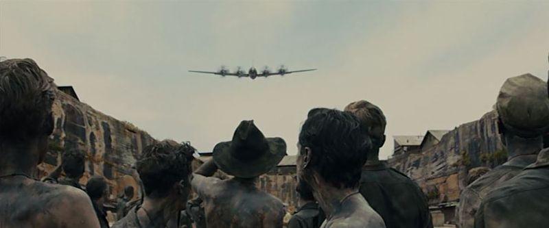 皆殺し計画に基づいて保倉川に集められた直江津収容所の捕虜たち。そこへ勇壮な音楽をバックにB29が飛来する。