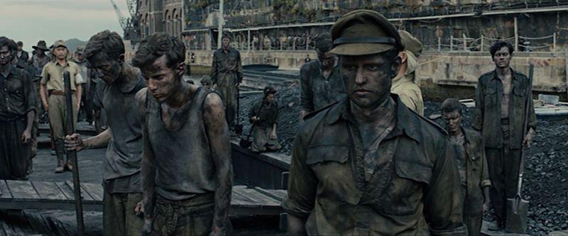 渡邊軍曹からルーズベルト大統領の死を聞かされ、意気消沈する捕虜たち