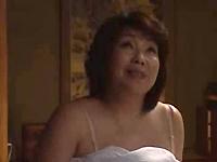 本日の人妻熟女動画:【近親相姦】いっしょに寝ようか!息子を抜いちゃう母親♪