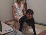 人妻熟女動画 : 控えめな奥さんを部下に着衣SEXで寝取らせて興奮する変態夫