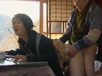 本日の人妻熟女動画:【素人】コタツの中で弄られ・・・!義父に中出しされちゃう人妻♪