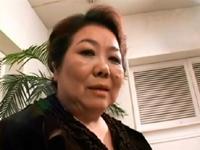 本日の人妻熟女動画:【素人】乳は1メーター!AVに出演しちゃうミチコさん(57歳)♪