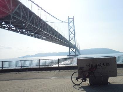 逆光で自転車と大橋
