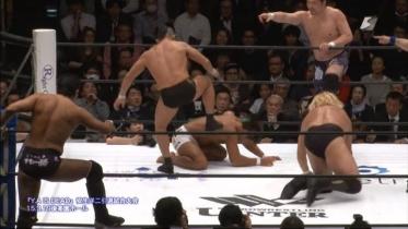 カットに入った鈴木はパートナー菊田にもストンピング