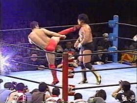 高田も右ハイで顎を打ちぬくが、