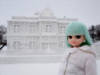 青森銀行雪像と青リカちゃん