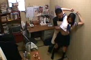 【盗撮】万引き女子校生にはしっかりバッドでお仕置きwww