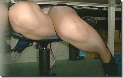 机の下でOLのパンツ盗撮!デスクワークパンチラのエロ画像