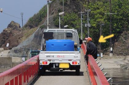102軽トラ横断中