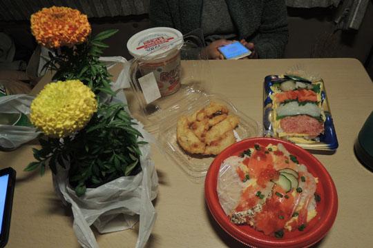 209食卓に花