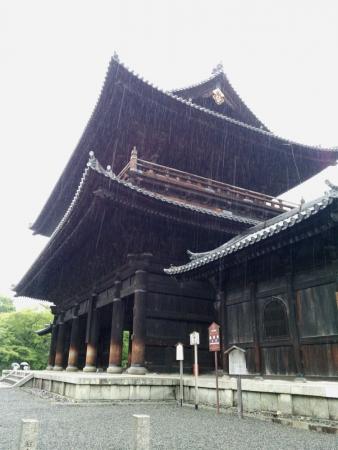 雨の南禅寺