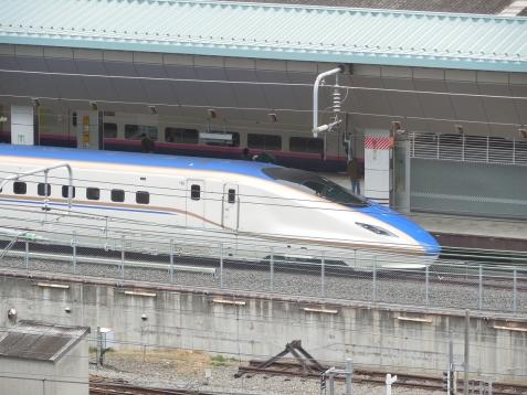 JPタワーKITTEの屋上から見た北陸新幹線E7系