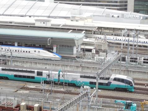 JPタワーKITTEの屋上から見た北陸新幹線E7系&スーパービュー踊り子251系