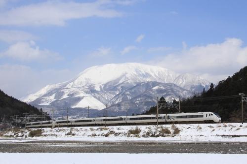 683系しらさぎと雪の伊吹山 2