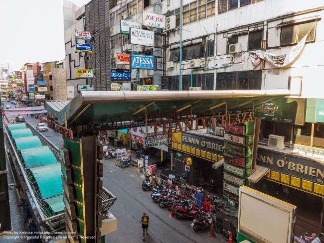 昼間のタニヤ通りをサラデーン駅から見下ろす
